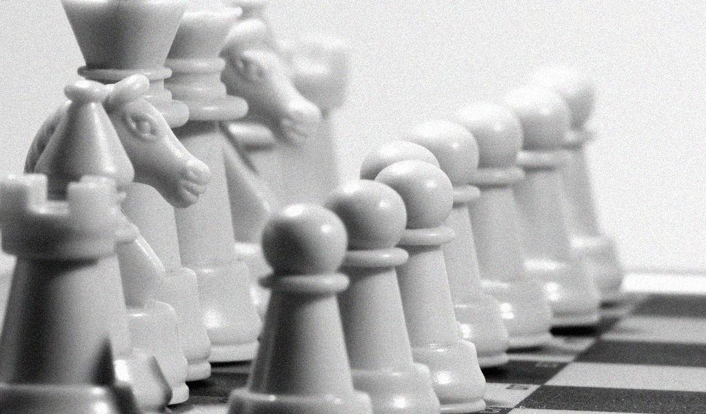 wit interieir design schaakstukken