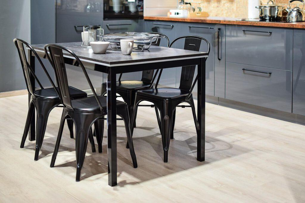 zwarte eettafel met stoelen